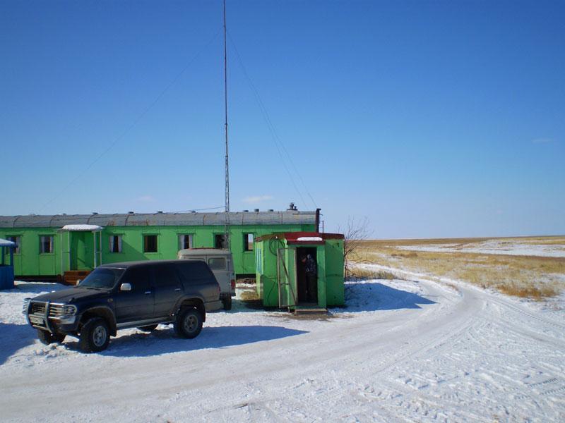 Маленъкий вагончик в центре кадра - наше жилище на эти два дня.