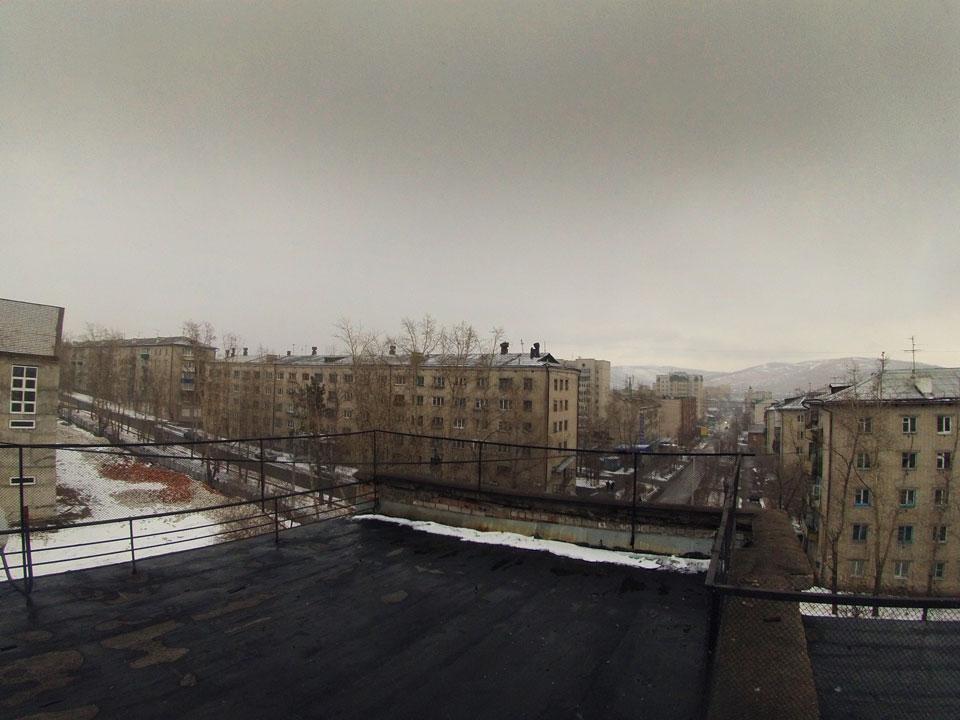 Вид с солнечных панелей репитера на город.