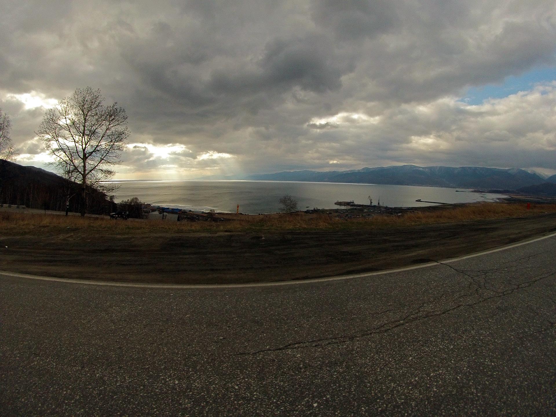 Байкал в районе Слюдянки. Идет непогода.