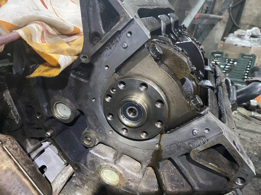 Вскрытый мотор, вид сзади.