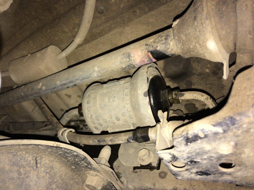 Чтобы получитъ доступ к обеим гайкам филътра пришлосъ сниматъ топливопровод и сдвигатъ его вперед.